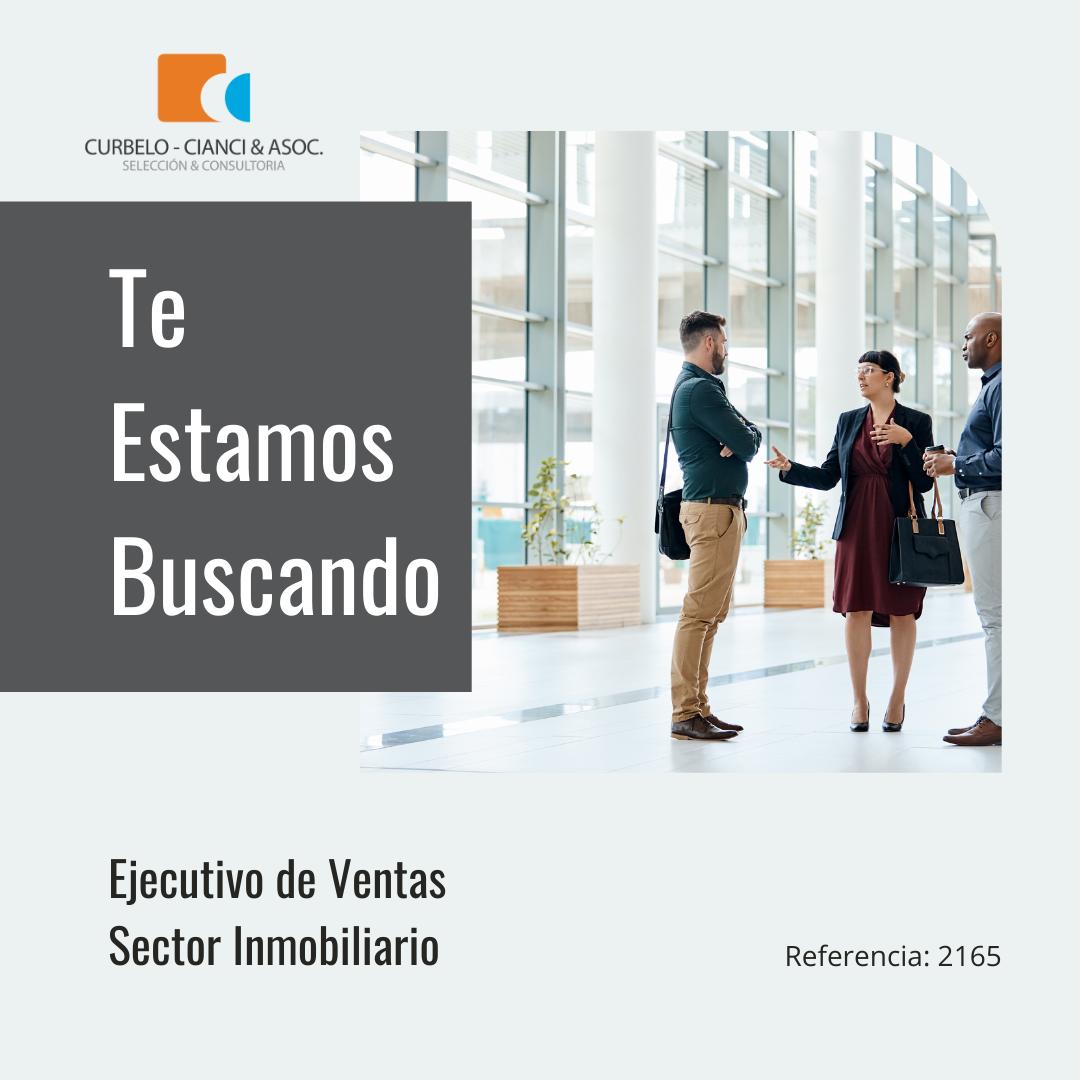 Logo de la compañía, título del cargo, en la imagen se ven tres personas paradas charlando, aparentemente de negocios.